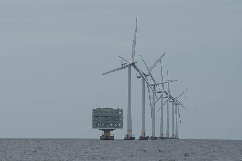 Windpark met transformatorhuis