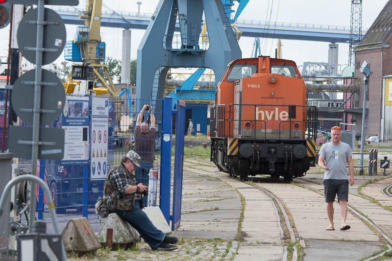 Treinspotters (links) en security (rechts)
