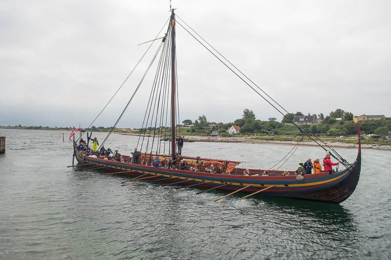Vikingschip voor de haven